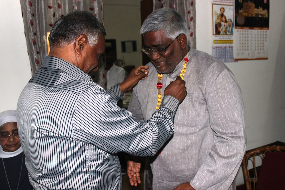Rev Fr Xavier Arulraj - Reg Director n Commission Sec (TamilNadu) felicitates VG Backiya Regis of Chingleput Diocese